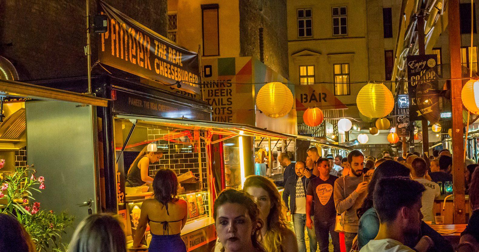 Ruin pubs in Budapest: Karavan Street Food & Beer Garden