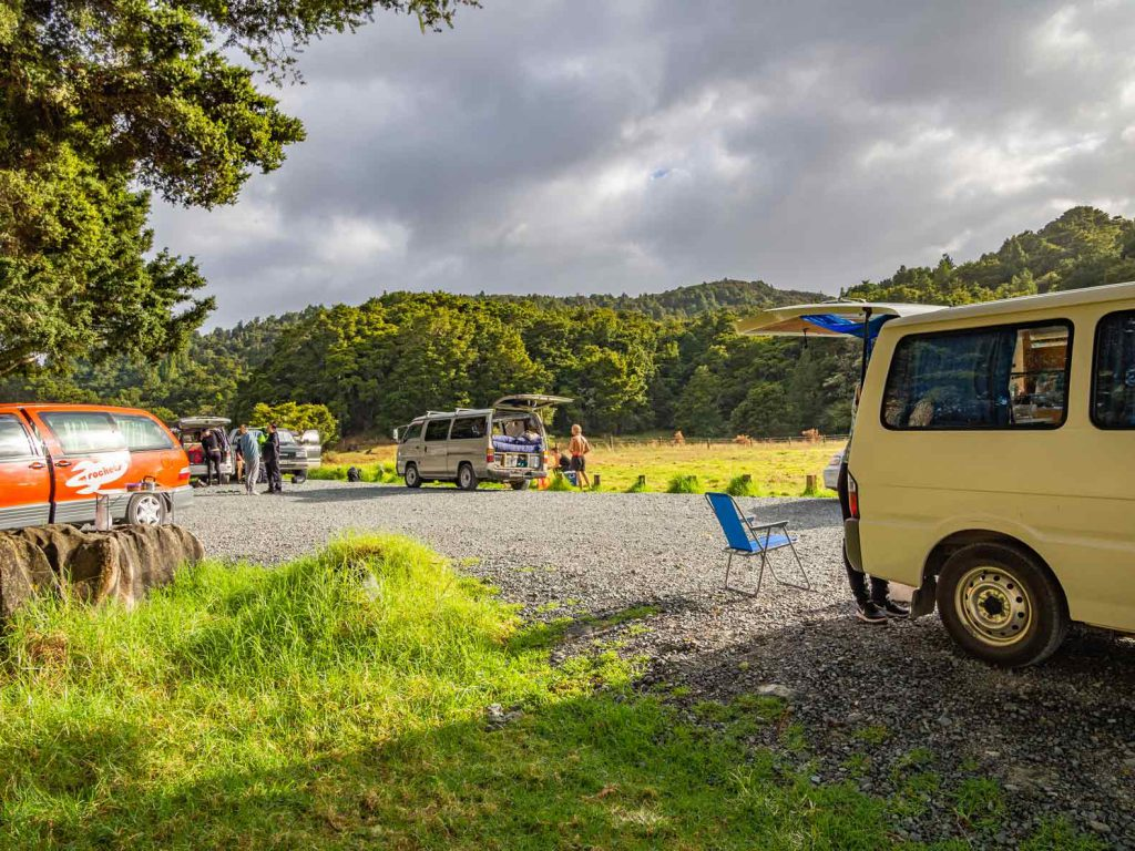 Freedom camping at Waipu Caves on Northland in New Zealand