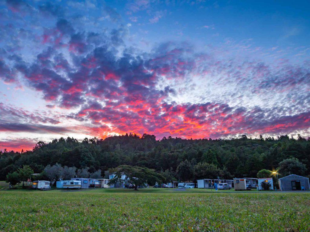 Hình ảnh New Zealand: ánh sáng buổi tối trên khu cắm trại ở Coromandel