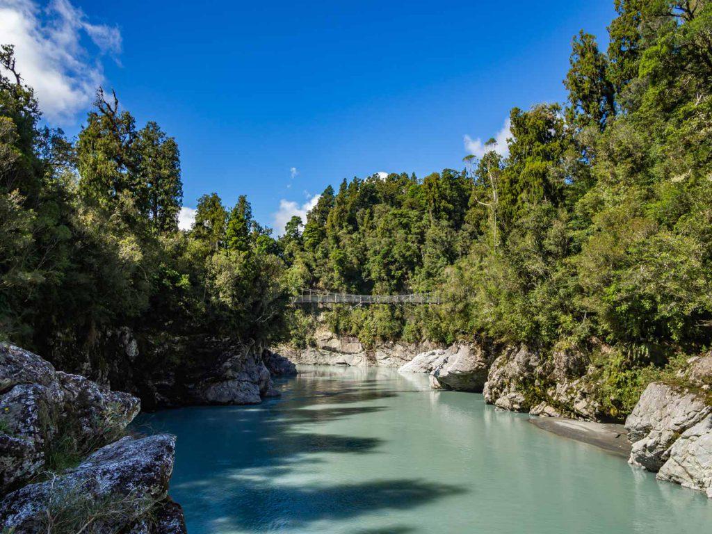 Hẻm núi Hokitika thực sự là một trong những viên ngọc trai của New Zealand.  Cây cầu treo phía trên hẻm núi cung cấp cho bạn một số tầm nhìn tuyệt vời.