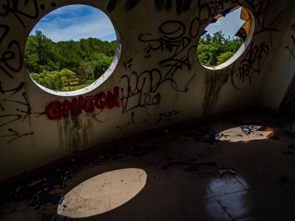 Urbexing at the abandoned water park of Hue